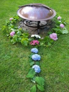 2014_Zomerzonnewende_vuurschaal met bloemen